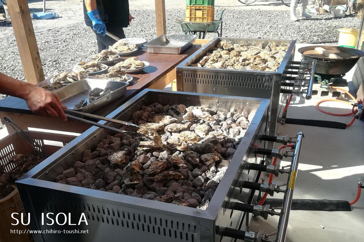石を焼きその上で牡蠣を熱する装置-この日は町内会のおじさんたちが焼いてくれていた