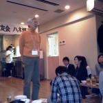 新潟県校友会小野会長挨拶。会長の後ろに八木を歓迎するボードがあり、大変感激いたしました。