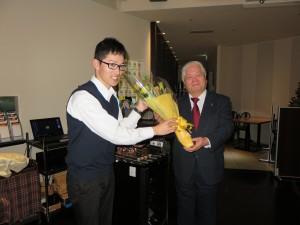 富嶽会会長への花束贈呈 (2)